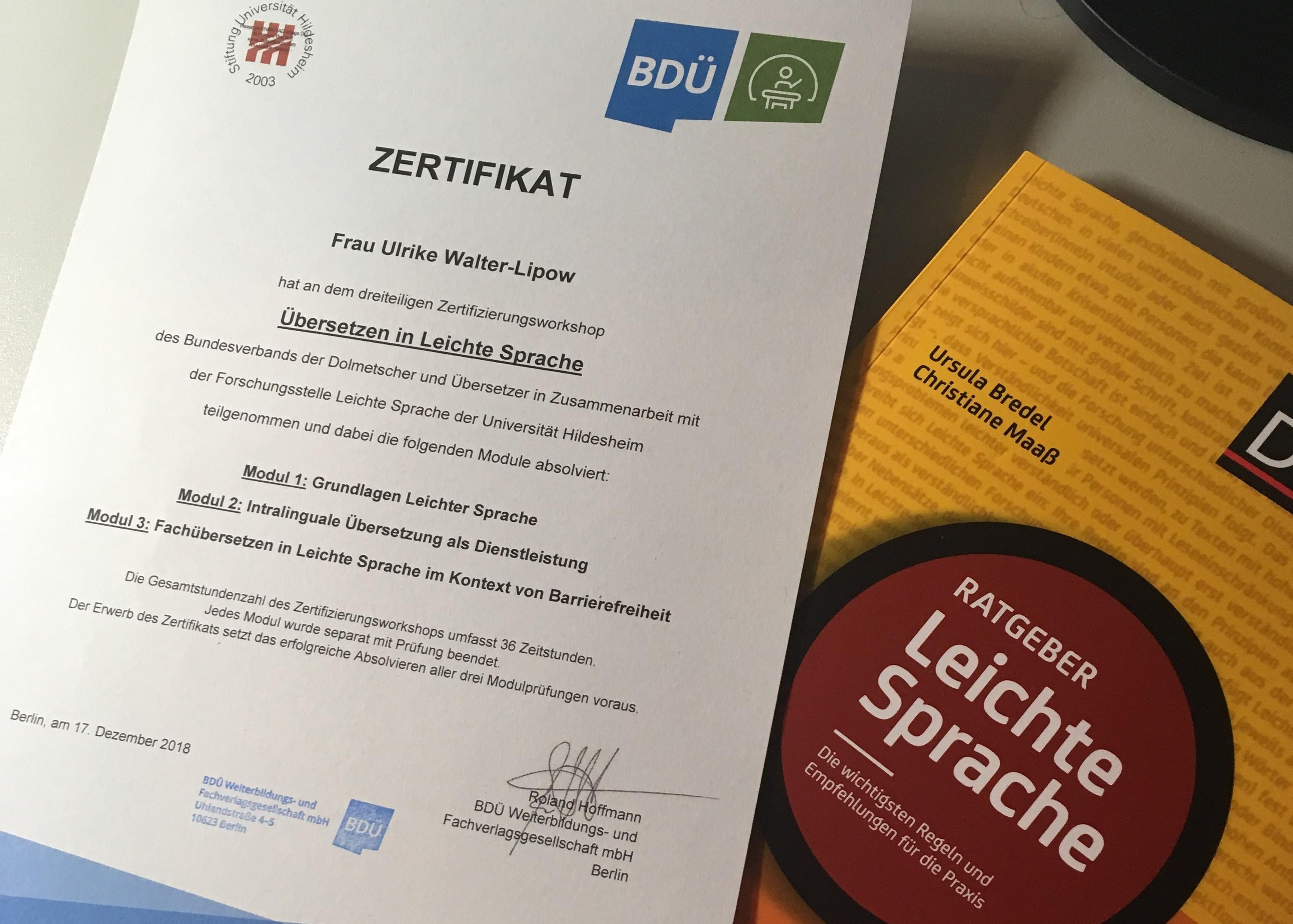 """Zertifikat """"Übersetzen in Leichte Sprache"""" des BDÜ und der Uni Hildesheim; Duden-Ratgeber """"Leichte Sprache"""""""